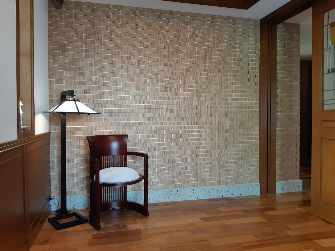 玄関フロアから廊下にかけて巾木として使用しました。