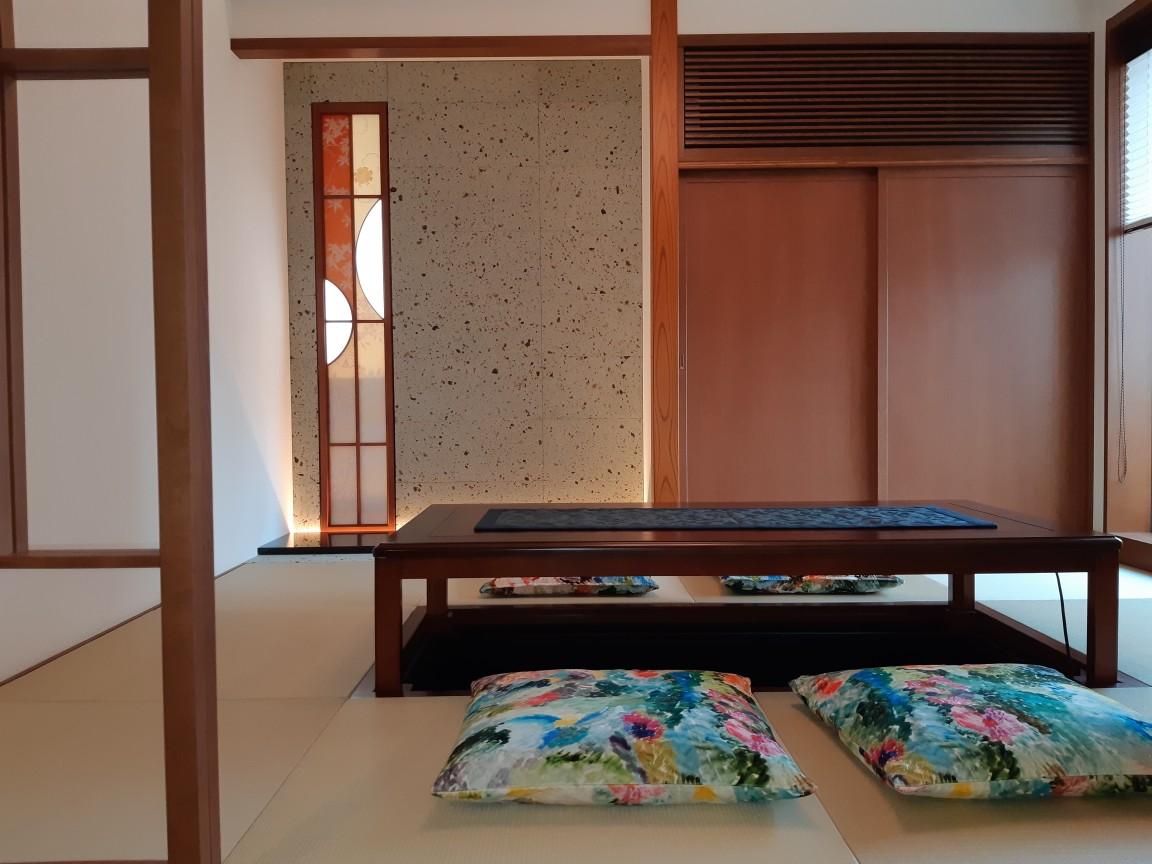 2階和室の床の間にはt20×300×600を使用しました。