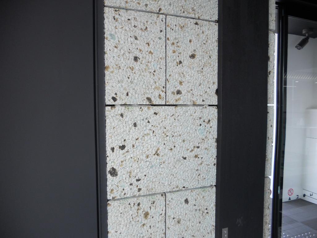 石厚は40mm、300×600mmの石を使いました。 乾式工法で目地は6mm程度です。