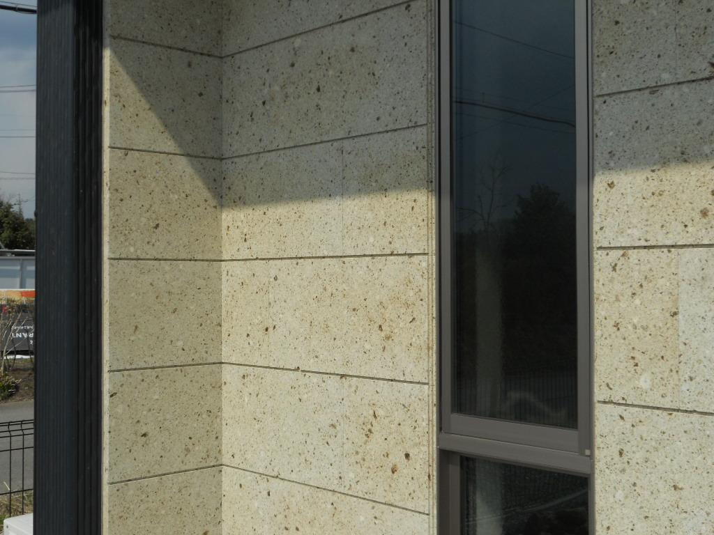 外壁の色と大谷石がうまく調和しています。