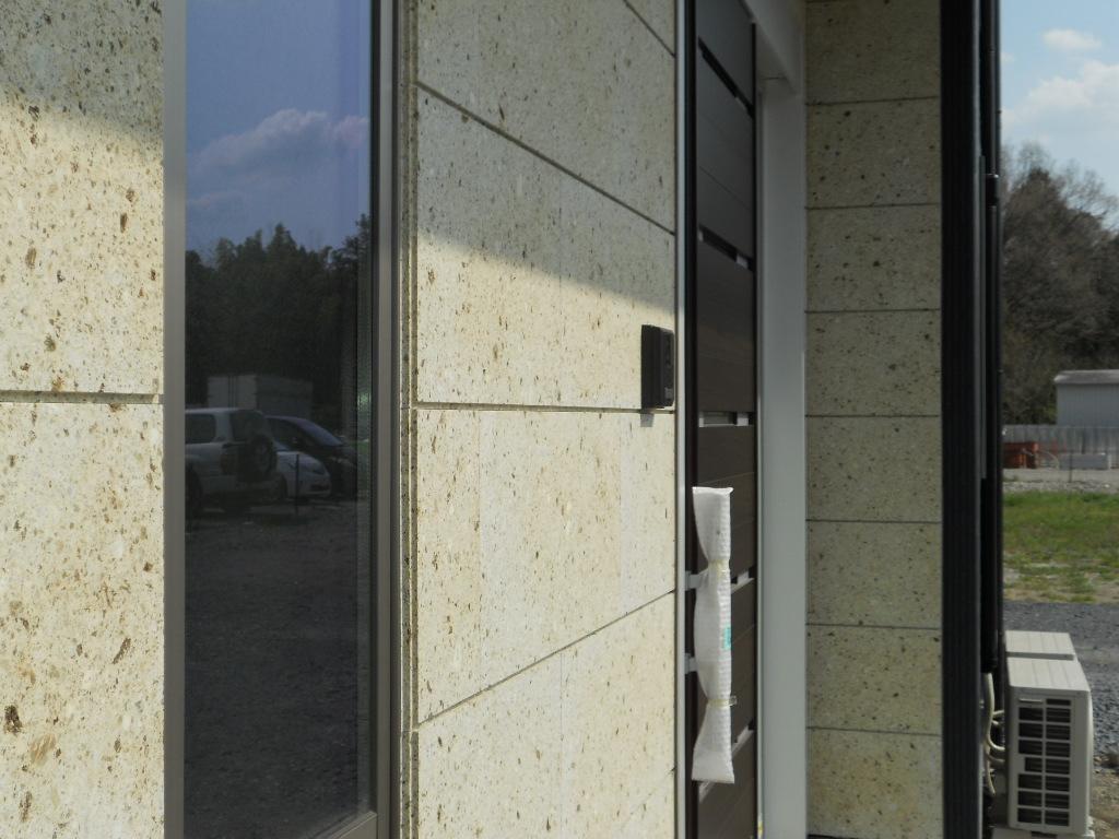 窓、インターホンがあっても問題なくきれいに施工できます。