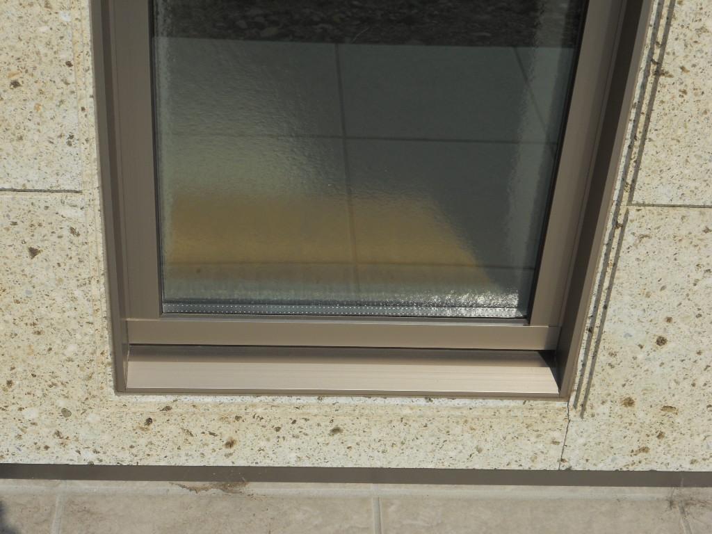 窓まわりにもアクセントで小段をつけました。