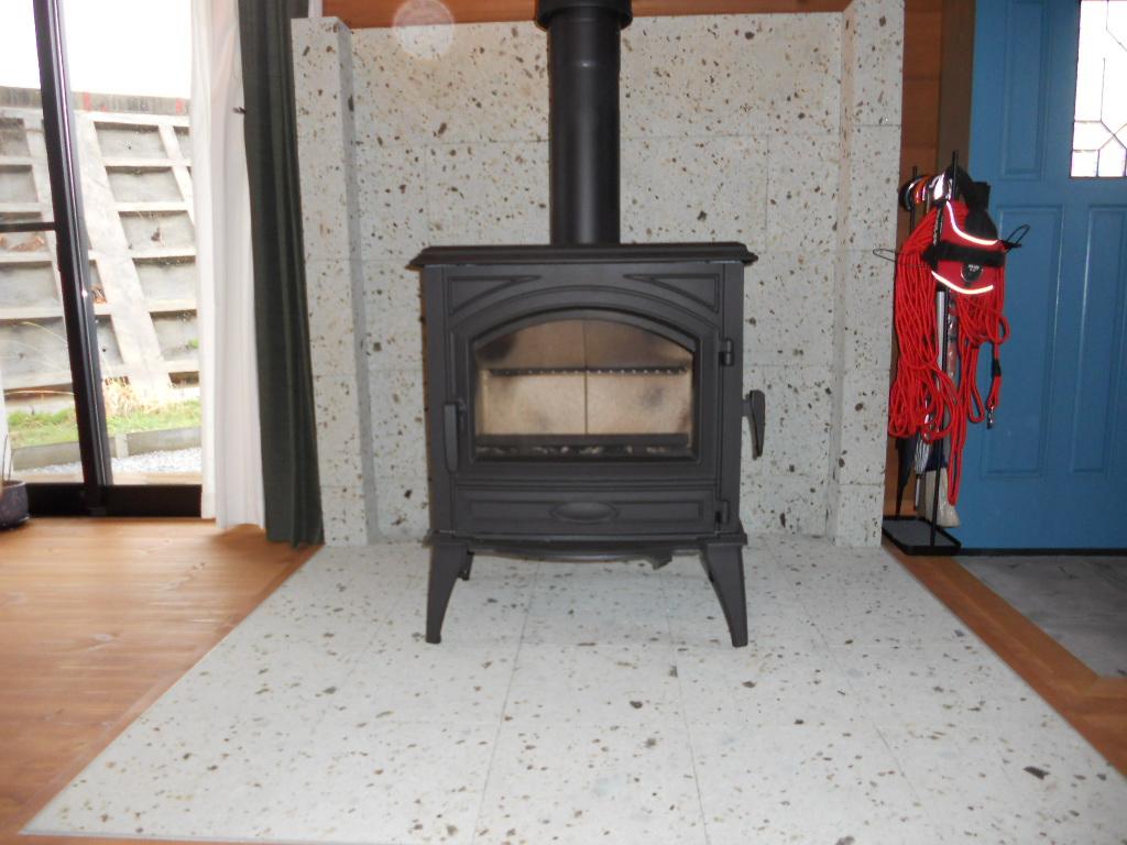 蓄熱効果がありますので薪ストーブの周りに大谷石は最適です。