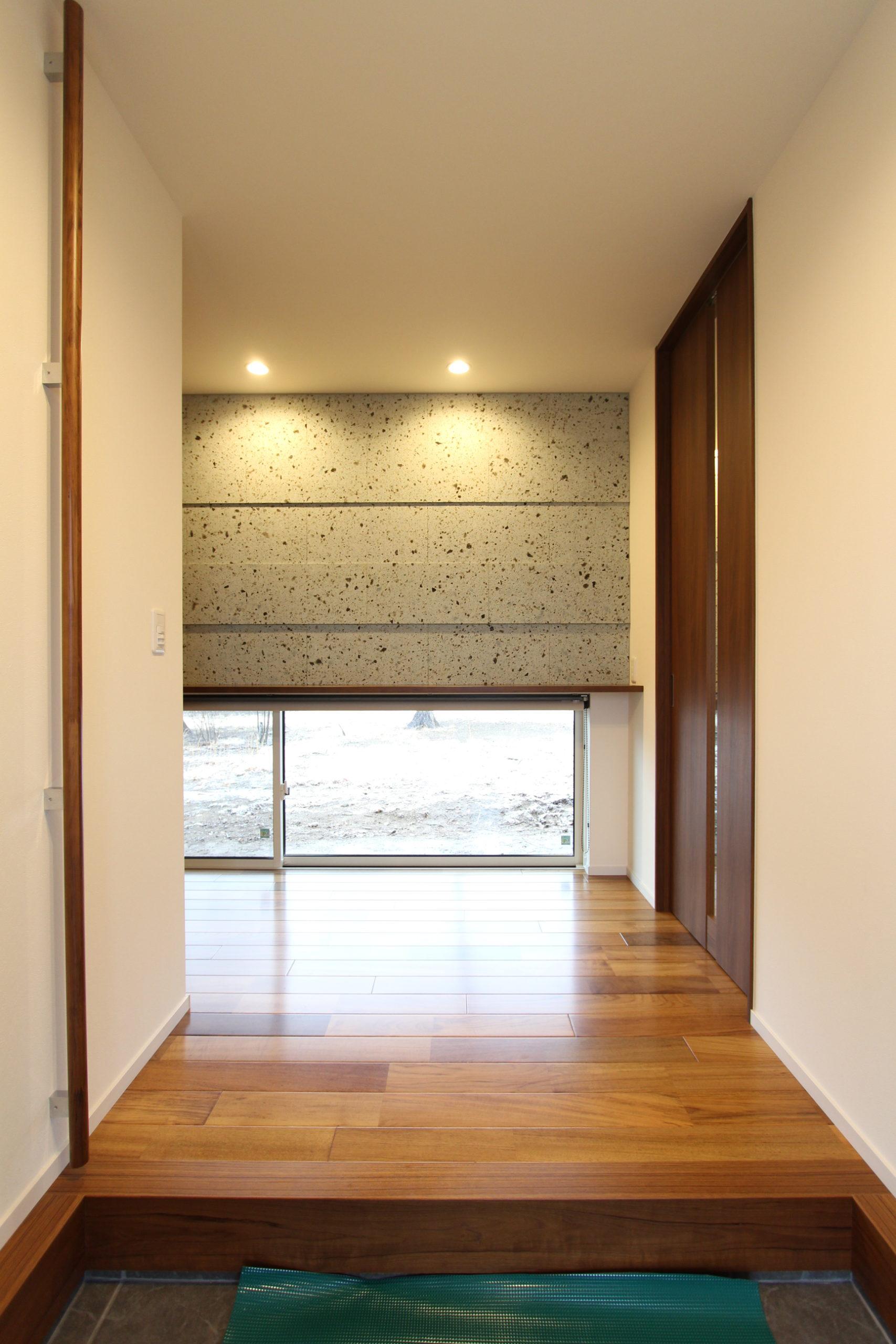 玄関正面に大谷石を貼りました。ダウンライトをあてることにより陰影がつきより一層引き立ちます。