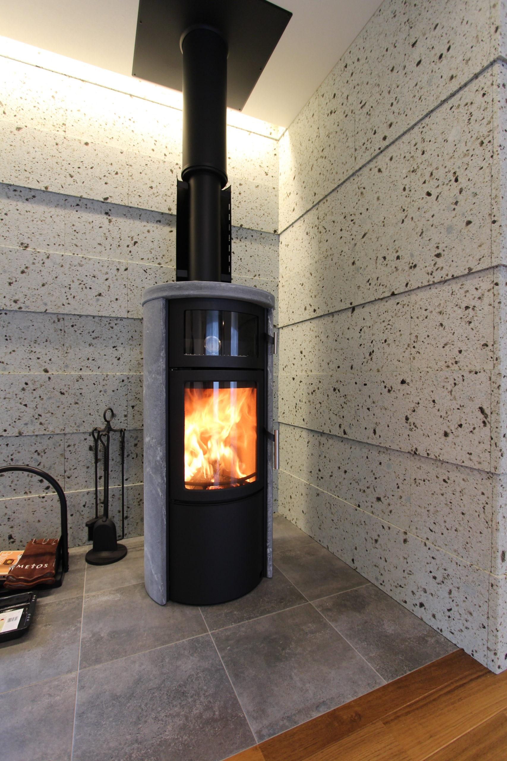 暖炉の周りに大谷石を貼りました。大谷石は耐火性にすぐれ暖炉にはとても適しています。ダウンライトをあてることにより陰影がつき高級感もでます。
