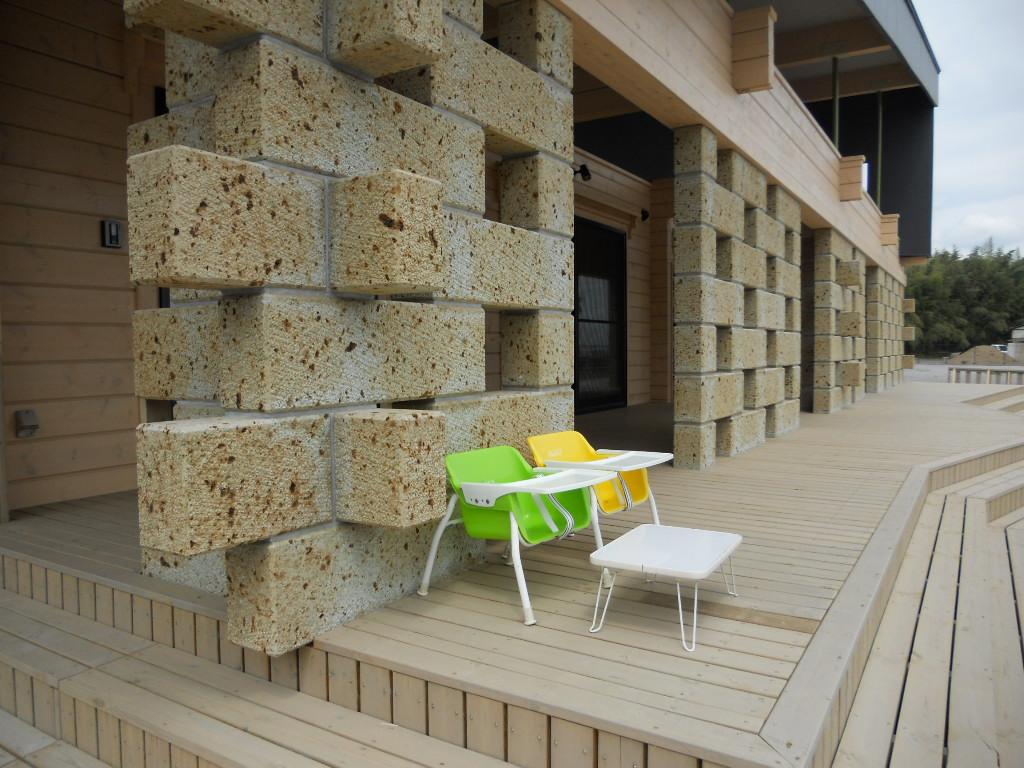 大谷石の種類は中目材で表面はビシャン仕上げ、サイズは180×300×900が基本で鉄筋を通して積みました。