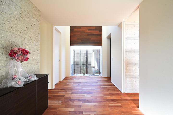 玄関ホールの背面に大谷石を使うことも多いです。 高級感と温かみ、おしゃれな感じがすると思います。