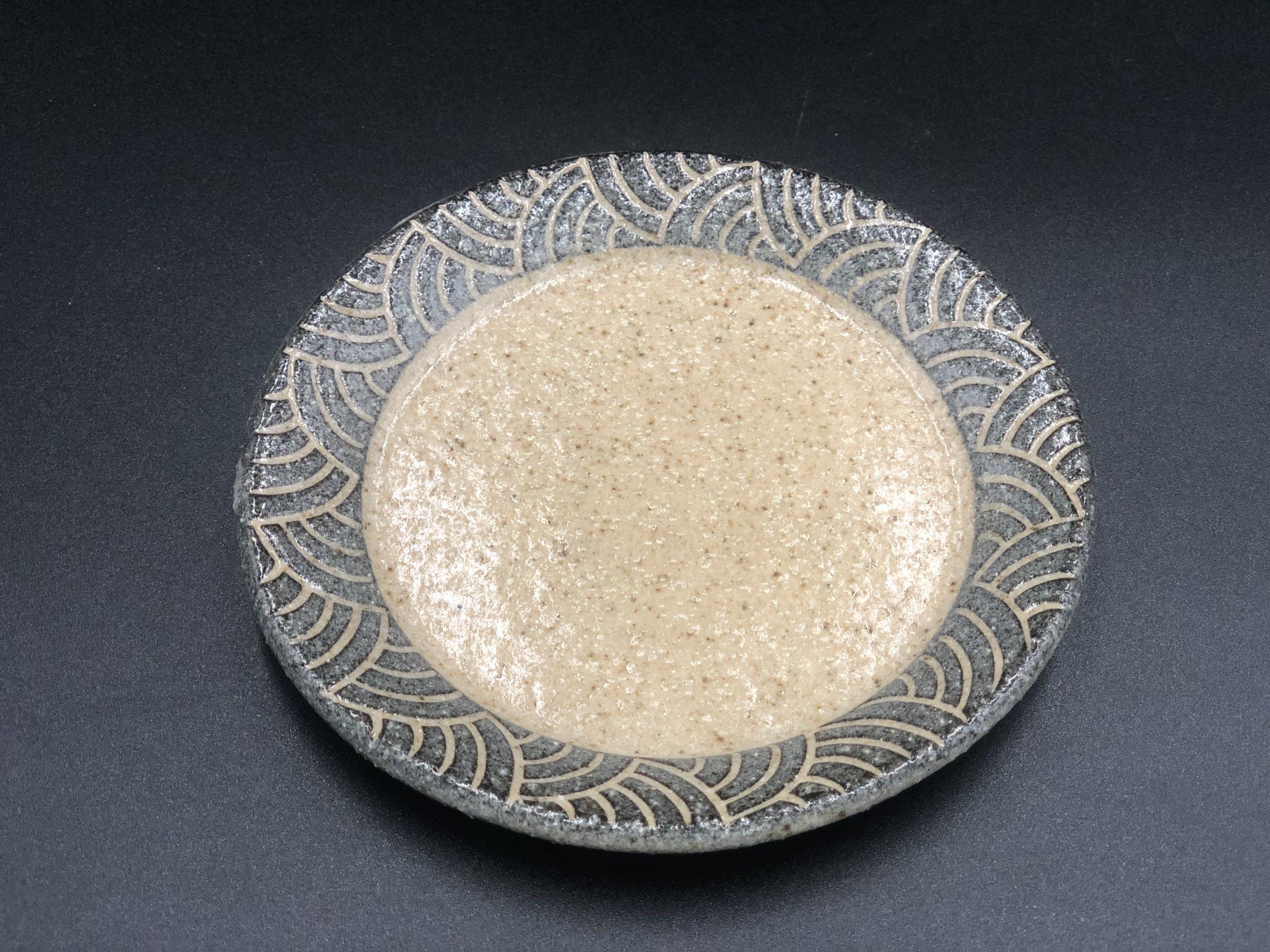 直径13cmの丸平皿はコーヒーソーサーとしても使えます。