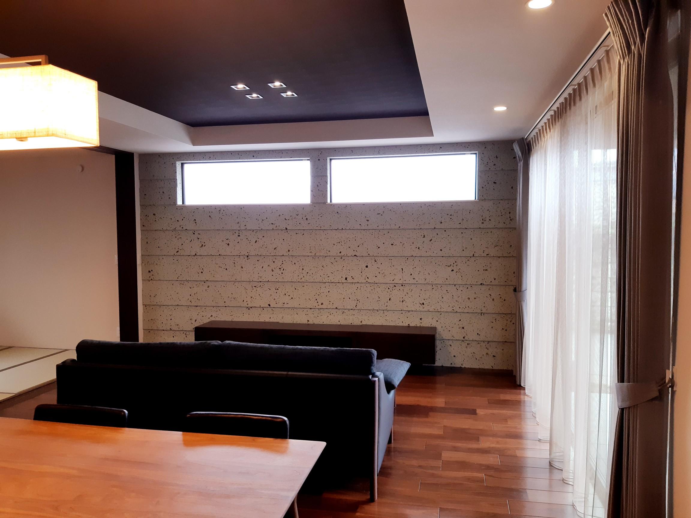壁一面に大谷石を使うことで落ち着いた感じになり、窓からの光で柔らかく温かみのある空間になっています・・。