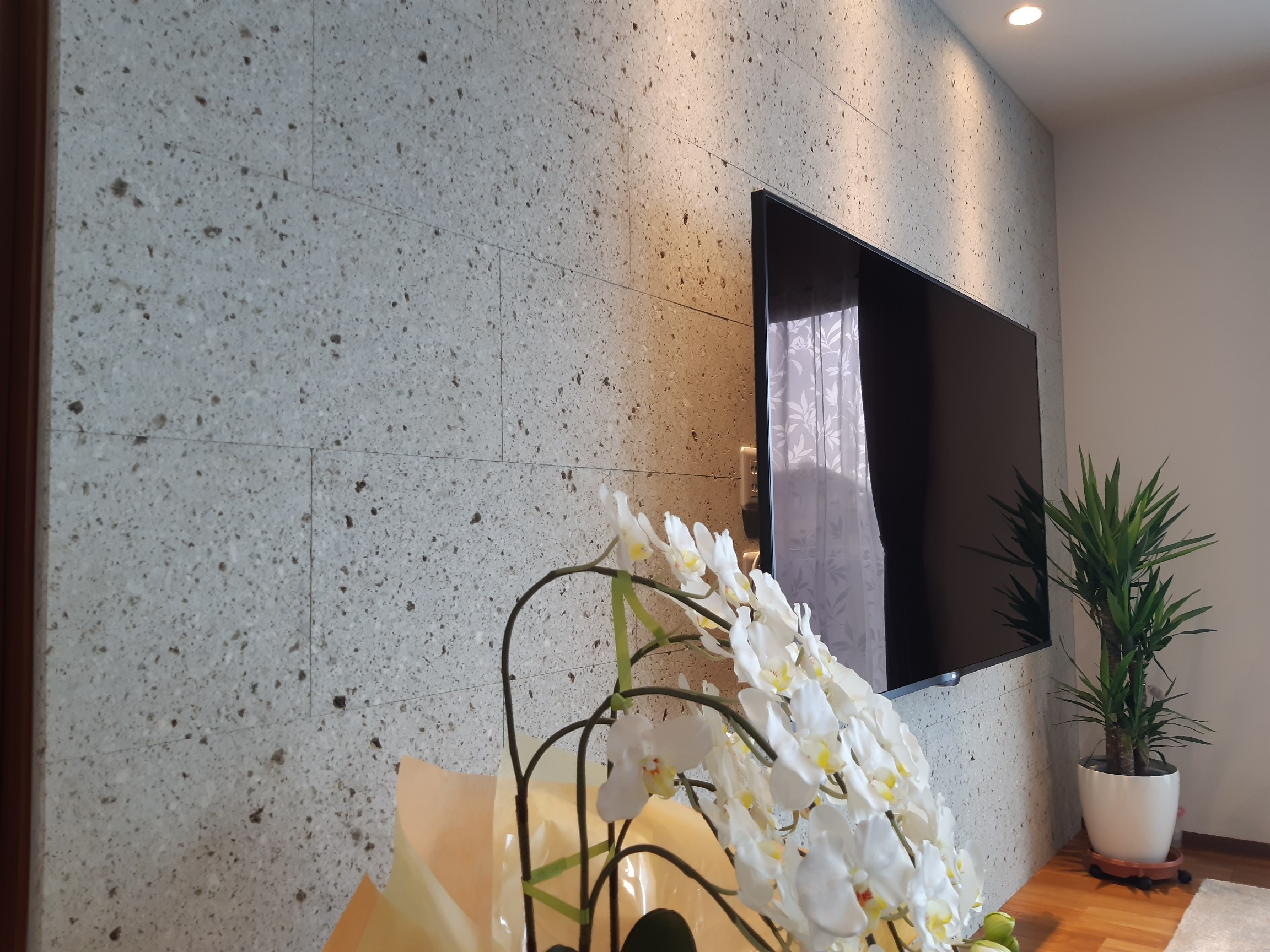 壁掛けの大画面のTVを毎日見る中で あまり主張せず邪魔にならない、TVを付けていない時は大谷石の存在感があります。