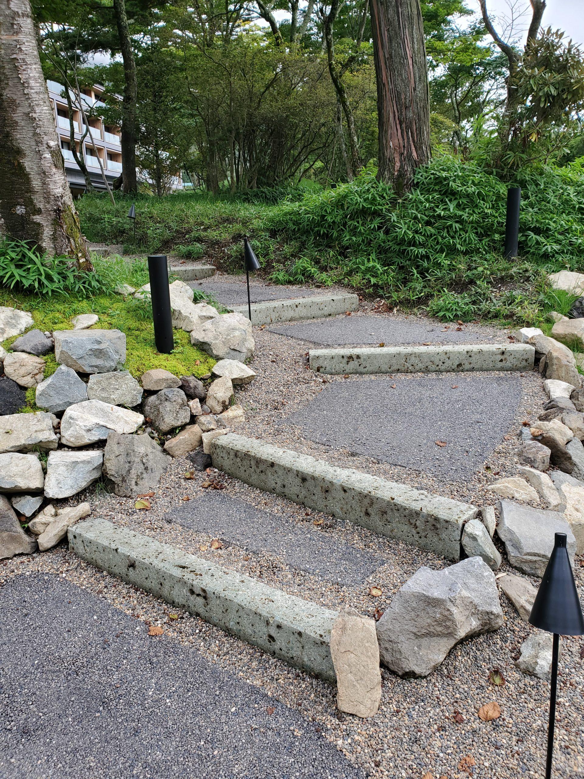 階段にもアクセントに大谷石を使っています。森林や他の石ともよく調和します。