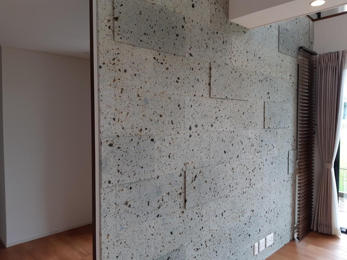 リビング壁面に施工しました。 設計の方のこだわりで20と30mmの違う厚みをランダムに貼りました。