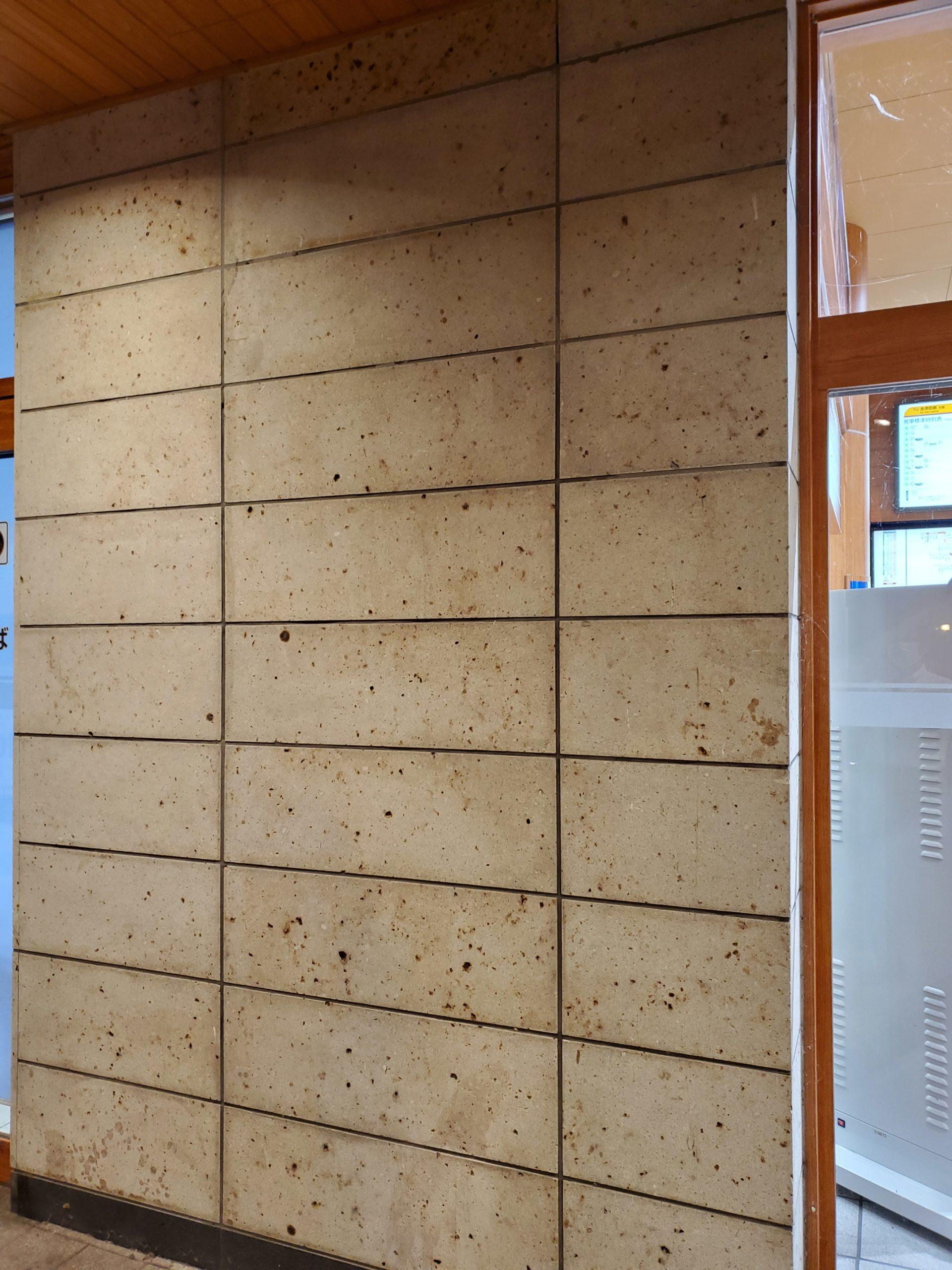 建物の壁は柱の改修前から張っていたもともとの大谷石です。