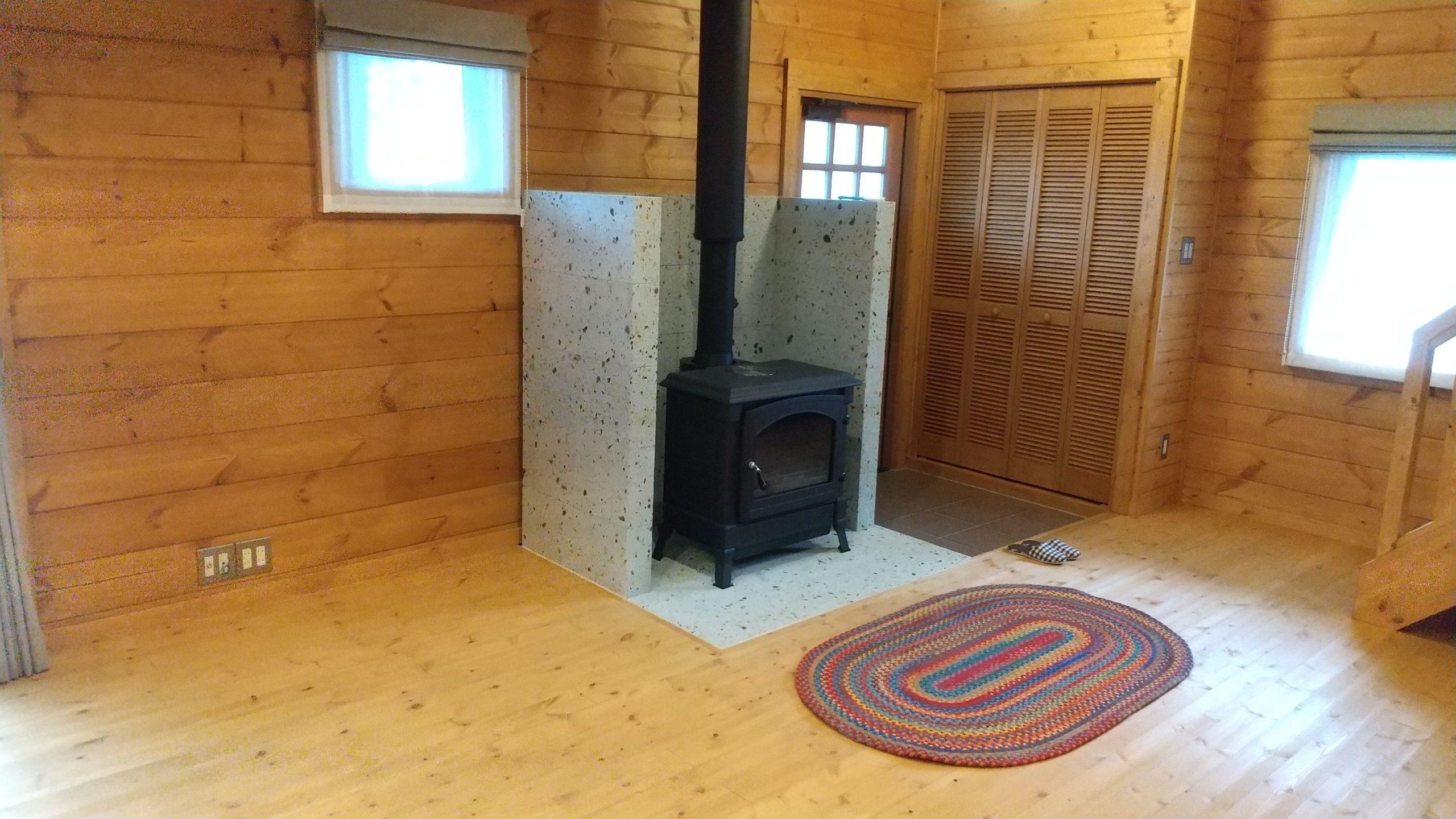 BESS栃木様施工で玄関入った土間の脇の薪ストーブです。