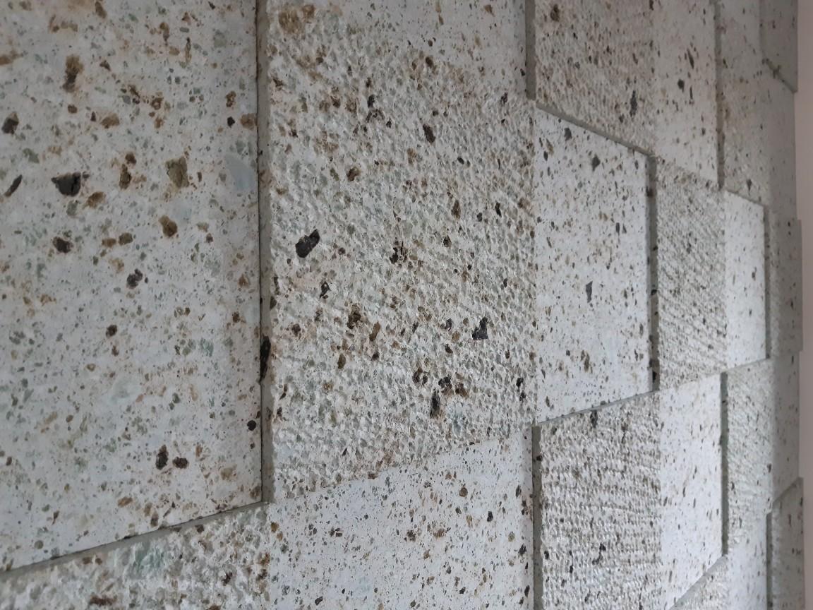 凸部をビシャンにすることで石の柔らかさが感じられます。