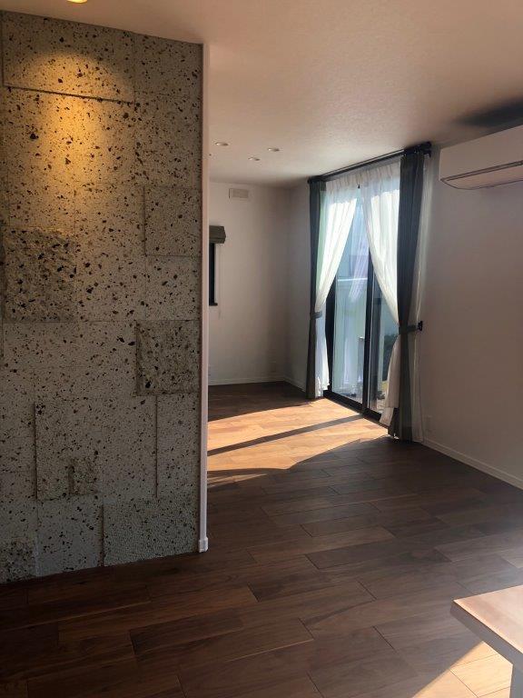 栃木セキスイハウス様施工です。 リビングに方形乱貼りで仕上げと厚みの異なる大谷石を使いました。 重厚感と躍動感がありあます。