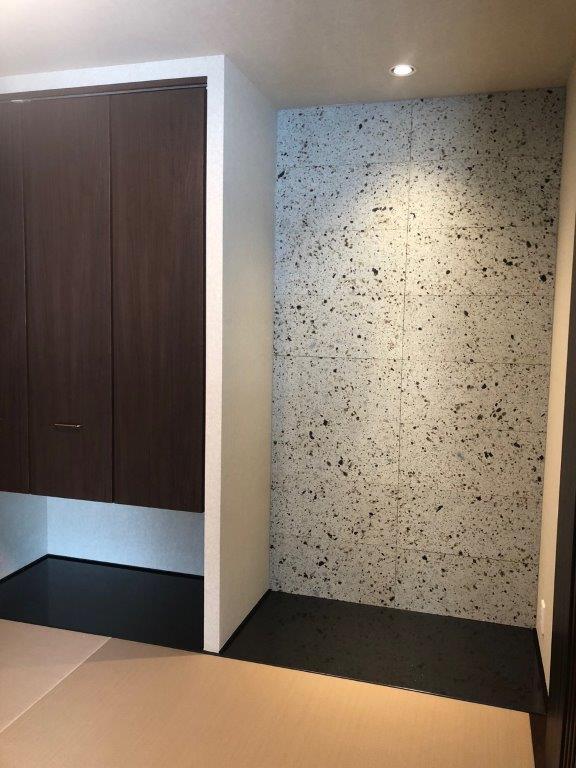 床の間に厚さ20mmの中目ダイヤ挽きを使用、表面をフラットにすることで大谷石の特徴であるミソが模様の役割になおり何とも言えない暖かみや独特の表情を醸し出してくれます。