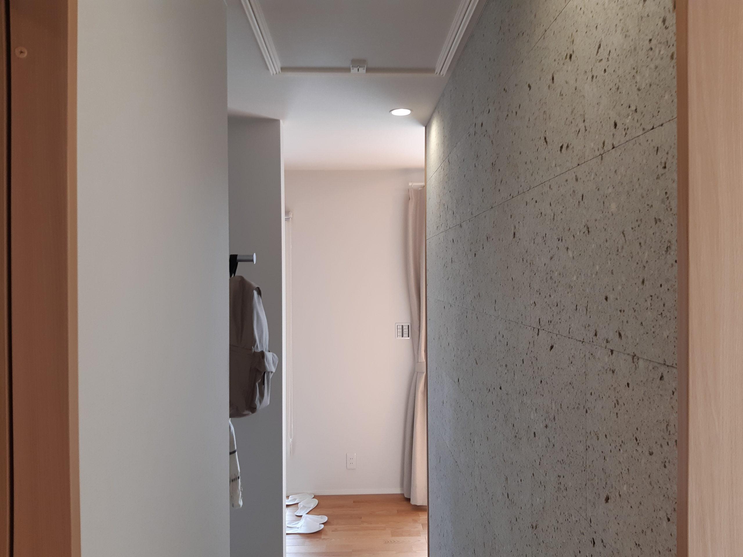 玄関ホールとシューズクロークどちらからも大谷石を見ることができます。