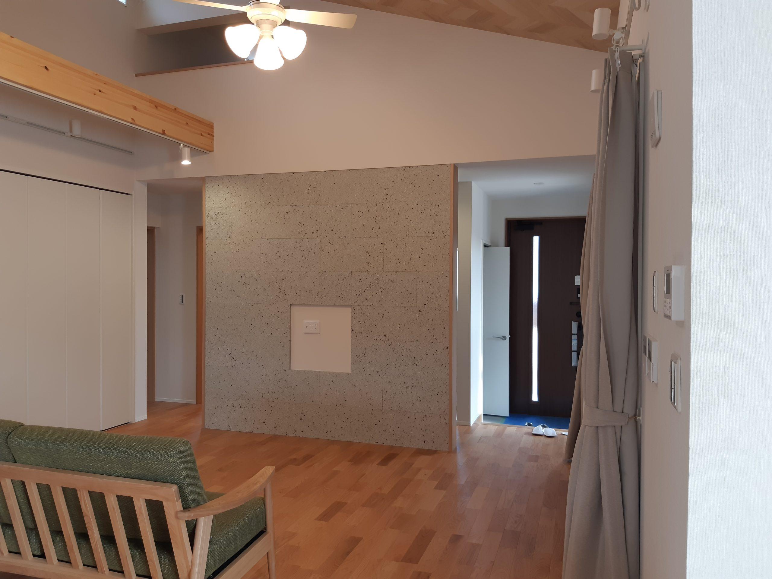 大谷石細目ダイヤ挽きの厚み20×300×600を使用し、リビングと玄関ホールの壁面に施工しました。