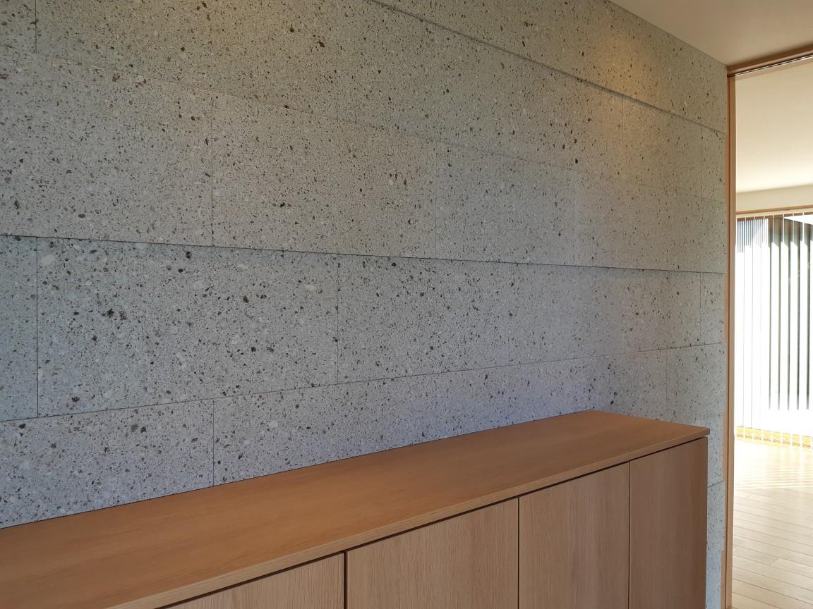 20と30mmの厚みの違う石を交互に施工しておりダウンライトの照明がつくことで陰影を楽しめます。