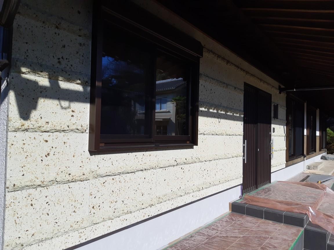 外部は玄関側の壁面に大谷石の中目です。