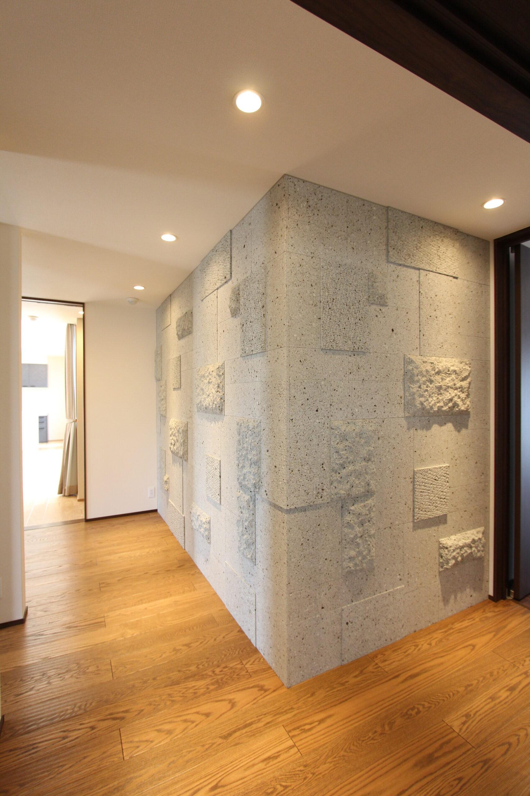 玄関ホールは大谷石の細目を異なる仕上げ、異なるサイズでデザインしました。凹凸を出すことで重厚感がありながら大谷石独特の暖かさと柔らかさを感じます。