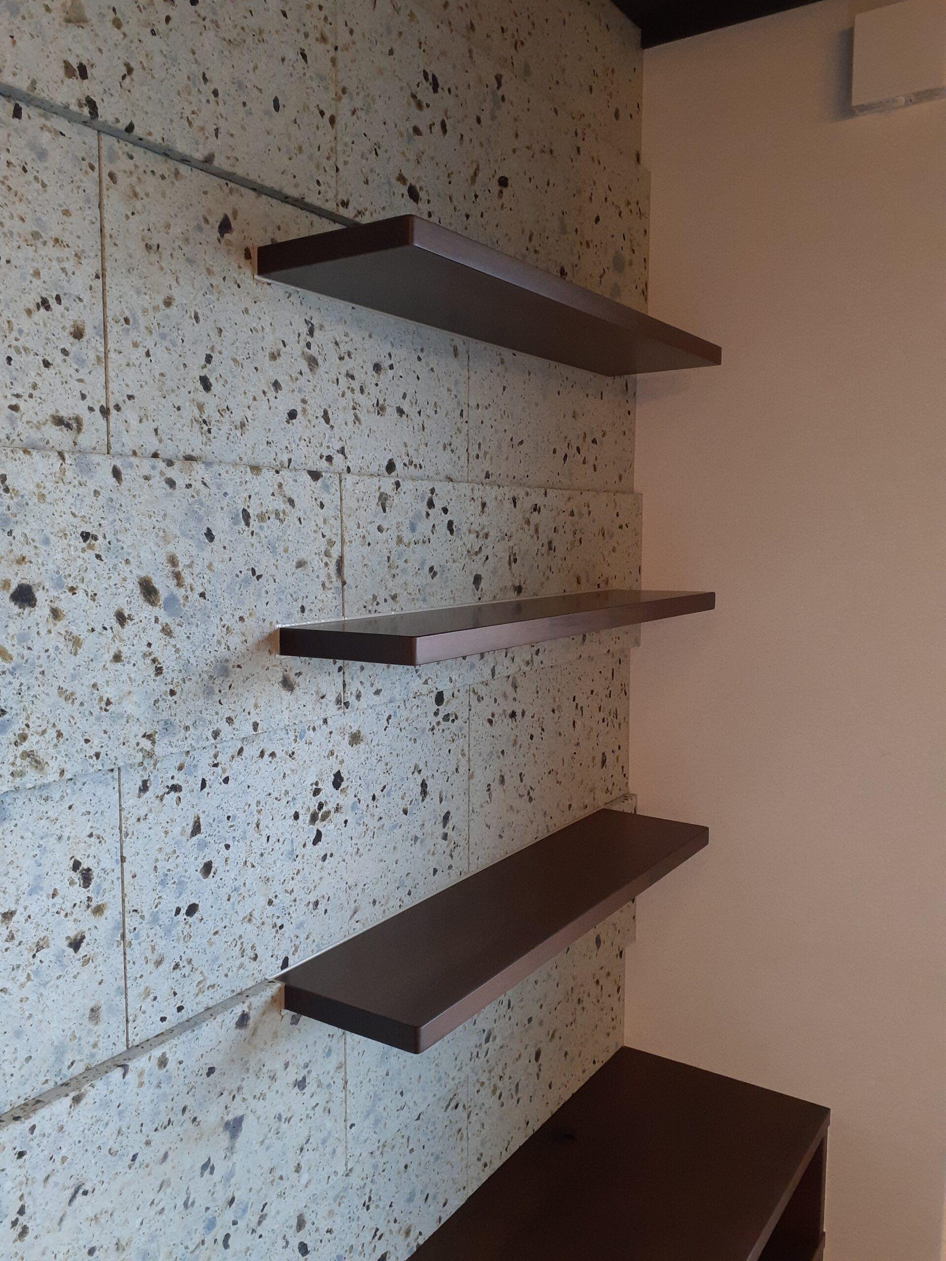 リビングはブラウン系の色合いで大谷石と調和がとれており玄関とはまた違う重厚感があります。